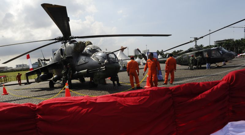 Sejumlah pilot TNI AD melakukan persiapan di dekat helikopter yang dipajang pada pameran alutsista TNI AD di Kawasan Monas Jakarta, Kamis (11/12). Pameran menampilkan berbagai peralatan tempur yang digunakan oleh TNI AD itu berlangsung 12-15 Desember 2014. ANTARA FOTO/Wahyu Putro A/ed/ama/14