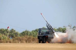 940639menhan-saksikan-uji-roket-r-han-122